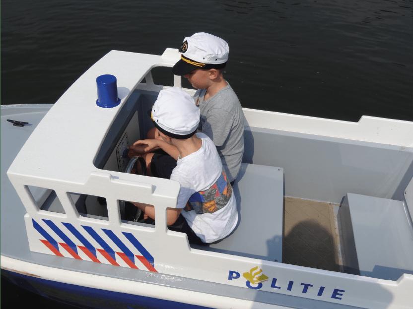 mini-bateau de police pour enfant