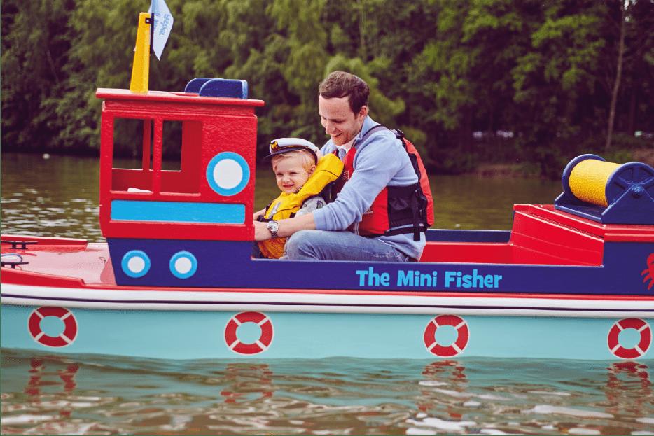 Famille à bord d'un mini-bateau électrique